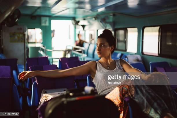 frau alleine unterwegs in eine fähre von koh lanta, thailand - passagier wasserfahrzeug stock-fotos und bilder