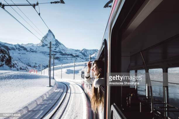 femme voyageant par le train matterhorn hiver depuis la fenêtre en regardant - suisse photos et images de collection