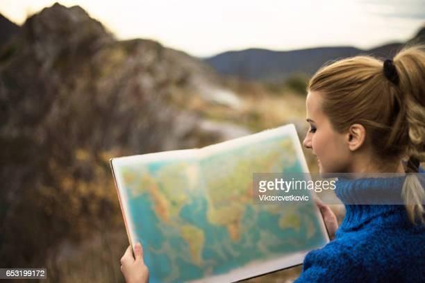 mulher viajando - geografia física - fotografias e filmes do acervo