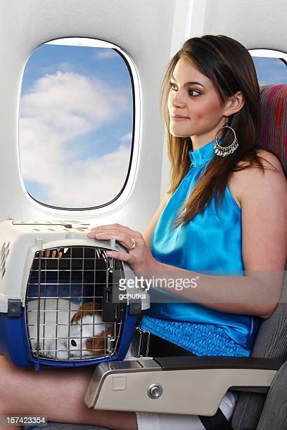 Femme voyageant avec leur animal de compagnie
