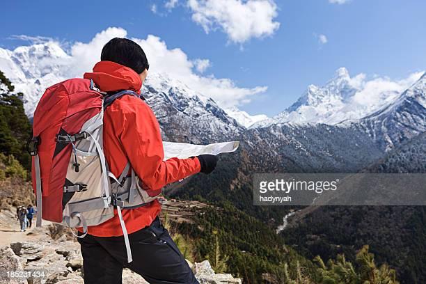 女性のトレッキングでは、エベレスト山国立公園、ネパール - マウンテンビュー ストックフォトと画像