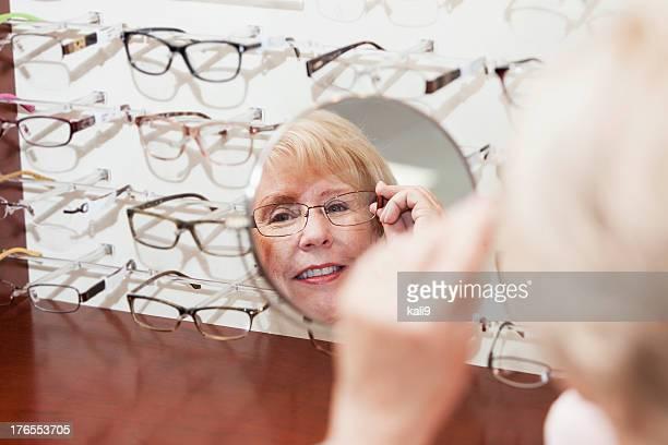 Frau versucht auf eyeglasses