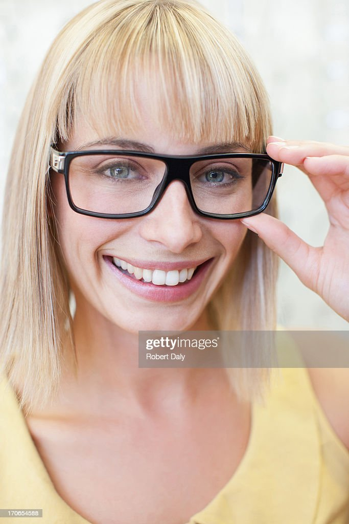 """Femme essayer des lunettes à Opticien """"s shop"""