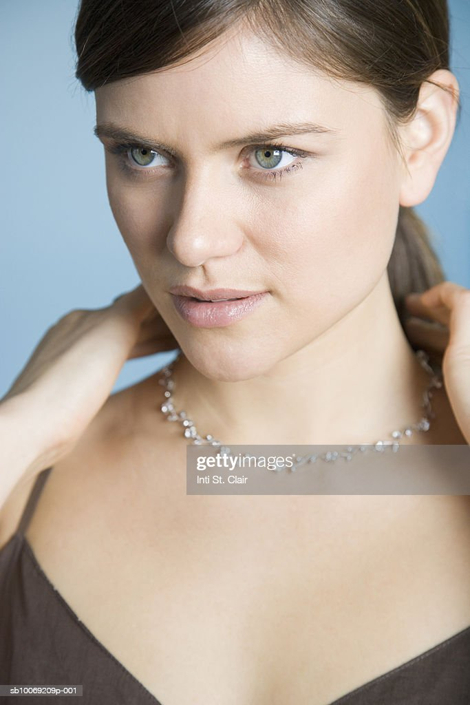 Woman trying on necklace, close up : Stockfoto