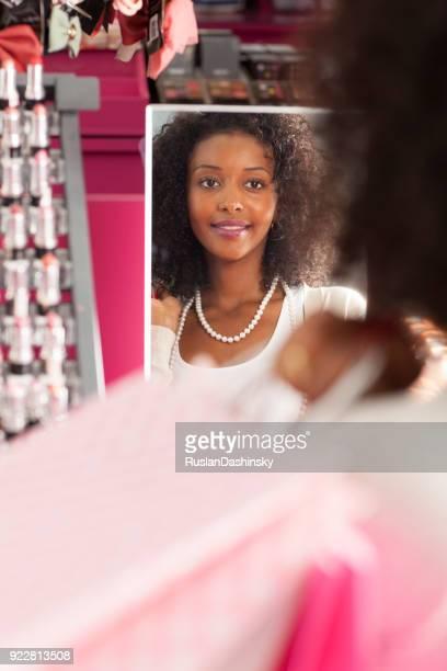 Eine Frau versucht Perlenkette.