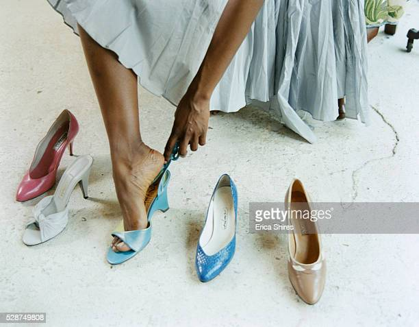 woman trying shoes on - anprobieren stock-fotos und bilder