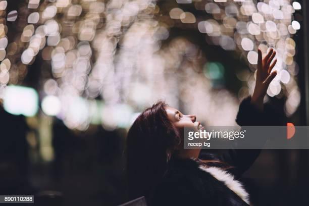 Frau, die versucht, Licht zu erreichen