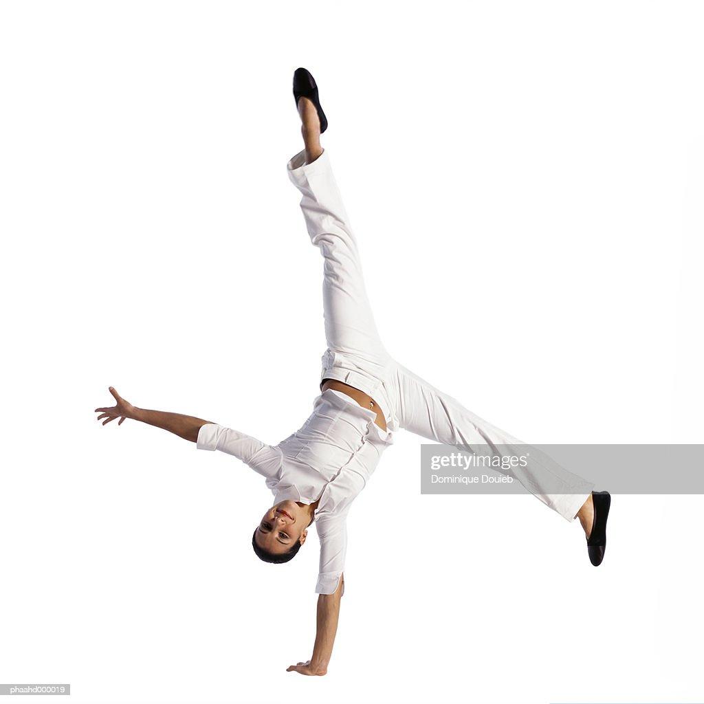 Woman turning cartwheel : Stockfoto