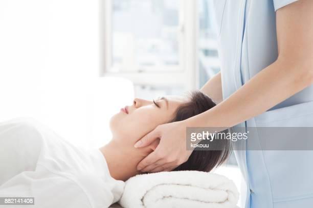 彼の頭の治療を受けている女性。