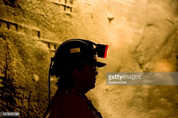 Mujer subterráneo mina Trabajador con lámpara.