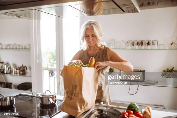 femme déballage les légumes