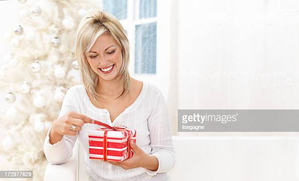 Frau Unwrapping Weihnachtsgeschenk