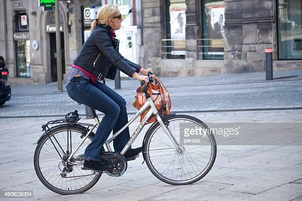 donna in bicicletta in città a vigo, spagna, galizia. - provincia di pontevedra foto e immagini stock