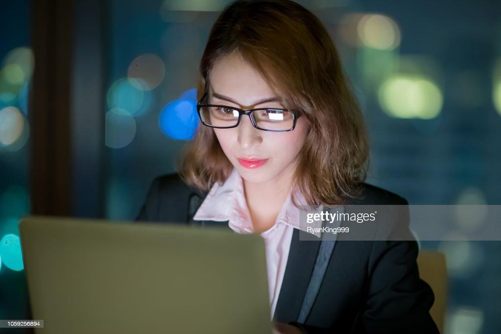 Frau verwenden Notebook arbeiten : Stock-Foto