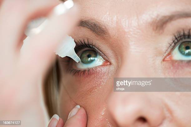femme usind eyedropper.applying gouttes yeux - sec photos et images de collection