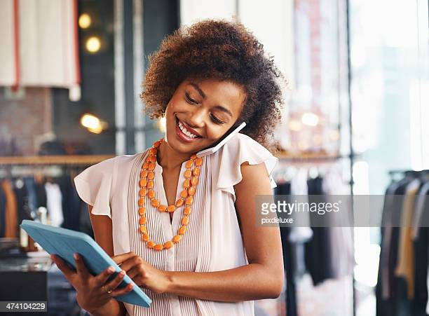 Femme à l'aide d'une tablette numérique, parler sur le téléphone