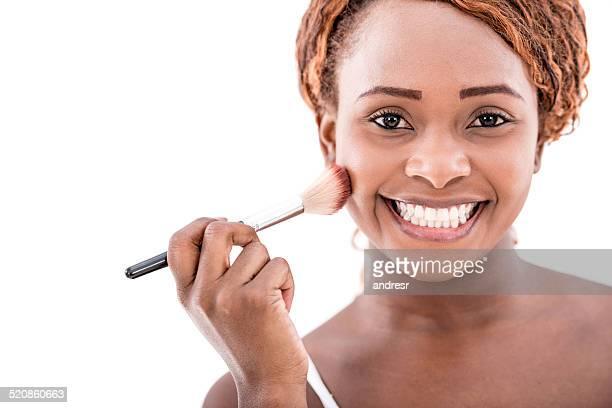 Mujer usando un cepillo para maquillaje