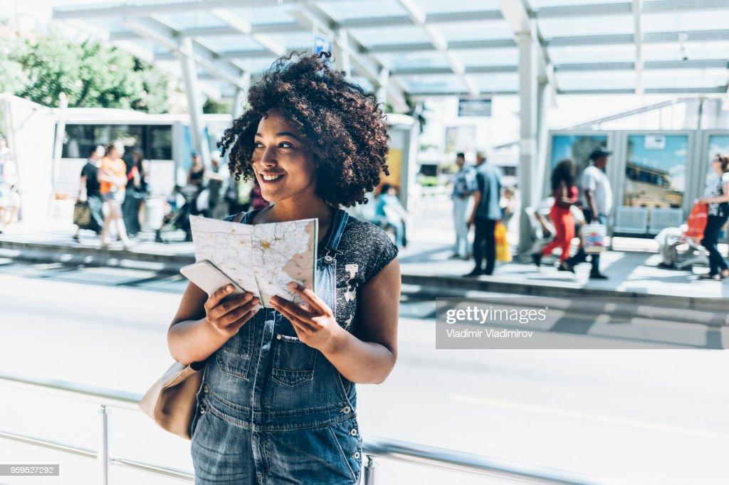 Frau mit einer Karte auf station : Stock-Foto