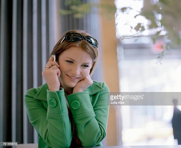a woman using a mobile phone - casaco - fotografias e filmes do acervo