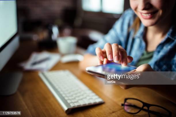 mulher usando um telefone - mouse de computador - fotografias e filmes do acervo