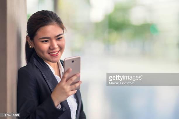 mujer utilizando un teléfono inteligente - filipinas fotografías e imágenes de stock