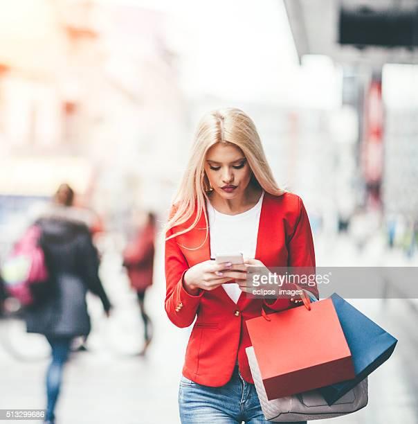 Mujer utilizando un teléfono inteligente al aire libre