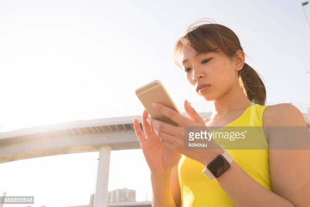 a woman using a smartphone - net sports equipment stock pictures, royalty-free photos & images