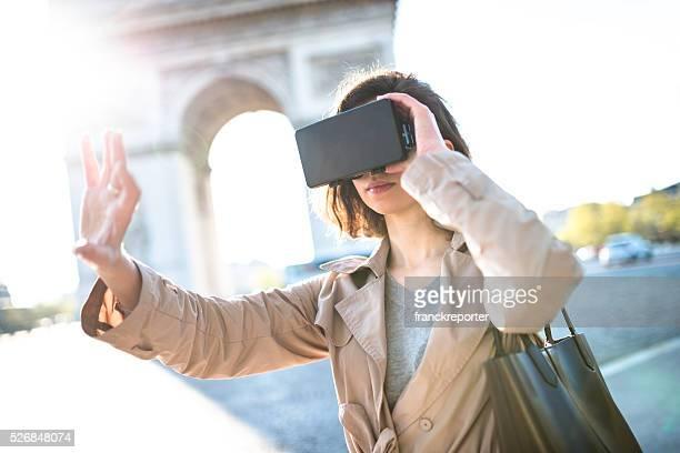 Femme se servant de un Simulateur de réalité virtuelle à l'intérieur d'une station de métro
