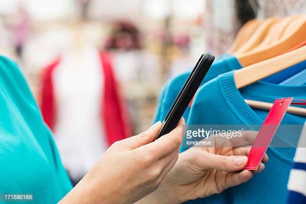 Femme à l'aide de téléphone intelligent lecteur de code-barre