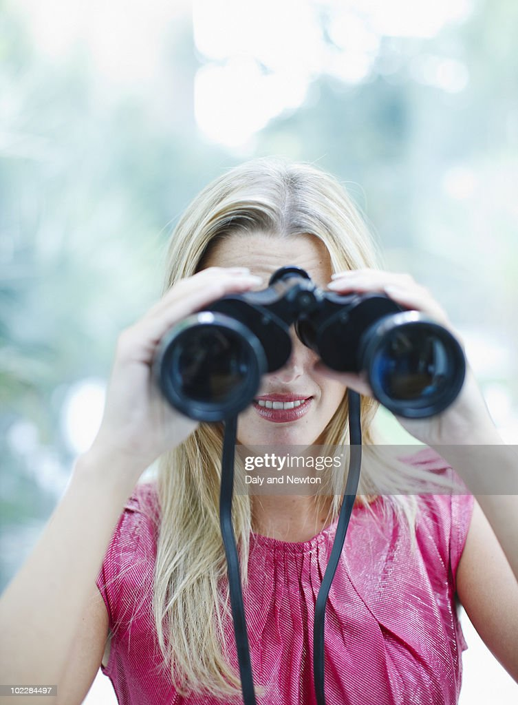 Woman using binoculars : Stockfoto