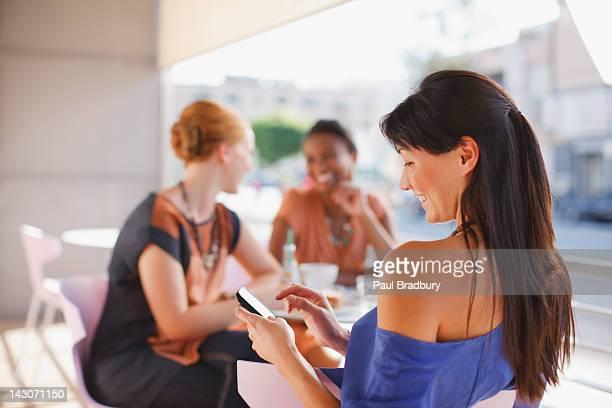 携帯電話を使用して女性のカフェ