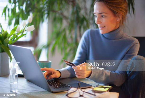 woman using credit card for online shopping - onlinebanking stock-fotos und bilder