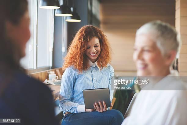 Frau mit digitalen tablet im Café