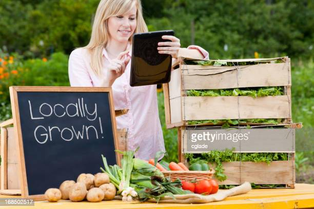 Mulher usando Tablet Digital