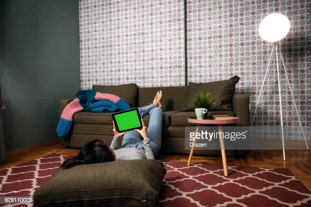 Frau mit digital-Tablette mit Greenscreen