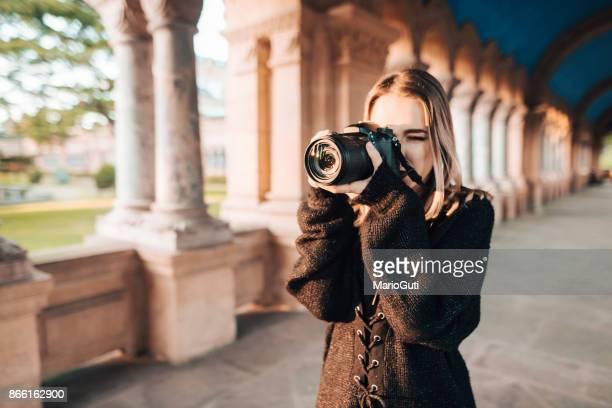 女性のデジタル一眼レフ カメラを使用して