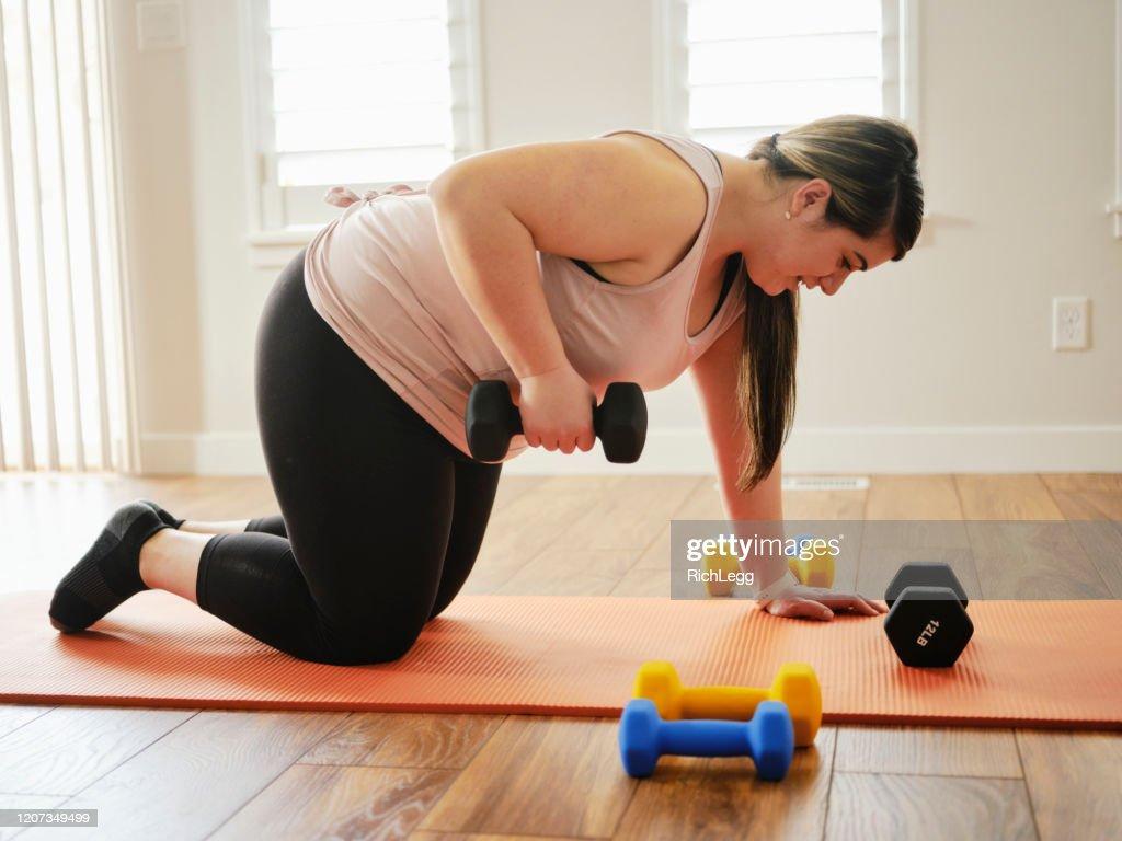 家庭で運動体重を使用する女性 : ストックフォト
