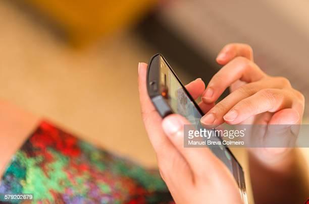 woman using her mobile phone - mensagem com foto imagens e fotografias de stock
