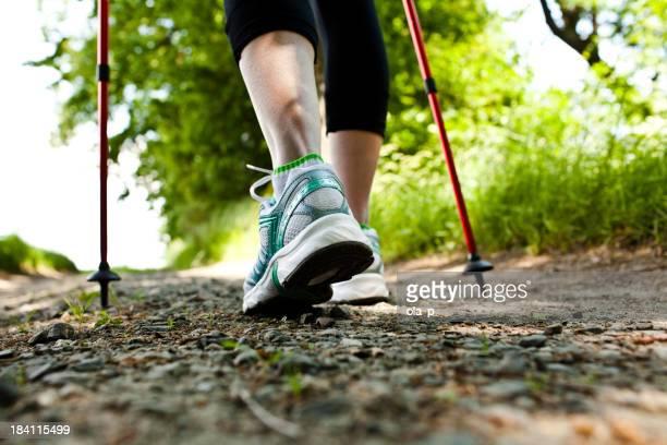 Frau zu Fuß und Langlauf-trail in den Wald