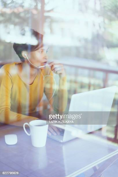 woman using laptop, making video call - top vergadering stockfoto's en -beelden