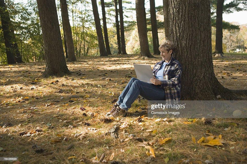 Woman using laptop outdoor : Stockfoto