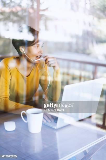 woman using laptop, working home office - top vergadering stockfoto's en -beelden