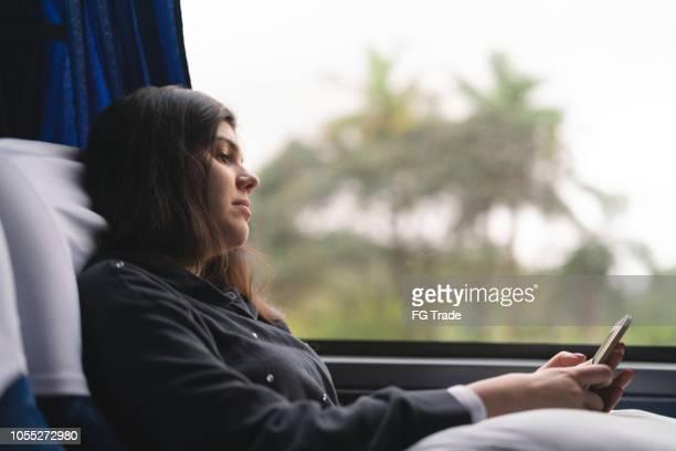 バスで携帯をしている女の人 - 中南米 ストックフォトと画像