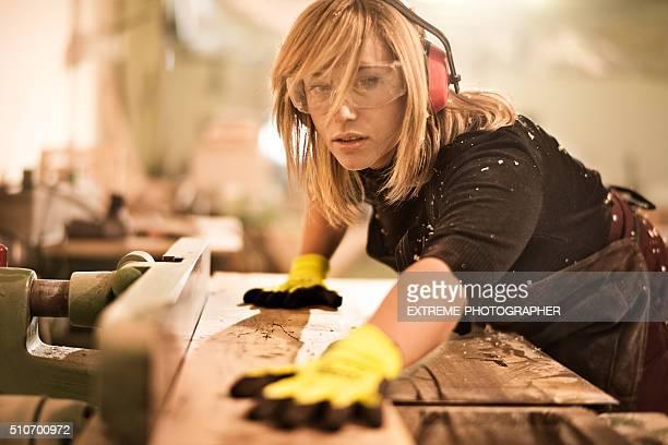 Frau mit Plank Fräser