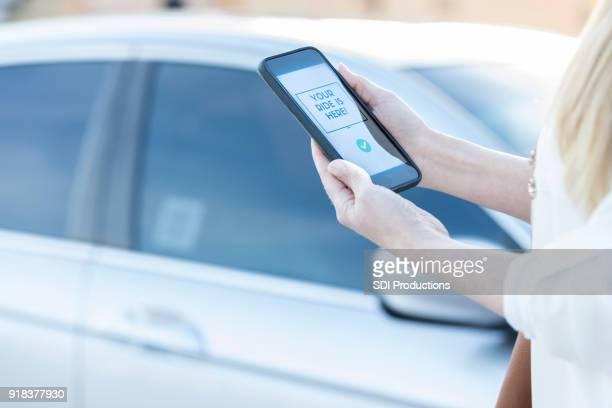 Vrouw met behulp van rit aandeel mobiele app