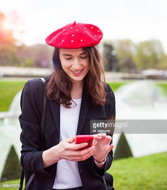 Frau benutzt Smartphone Brunnen auf Eiffelturm, Paris