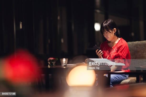 のスマートフォンを使用して女性
