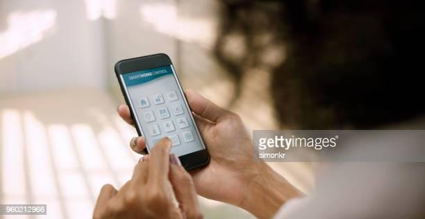 のスマートフォンを使用して女性 - コントロール ストックフォトと画像