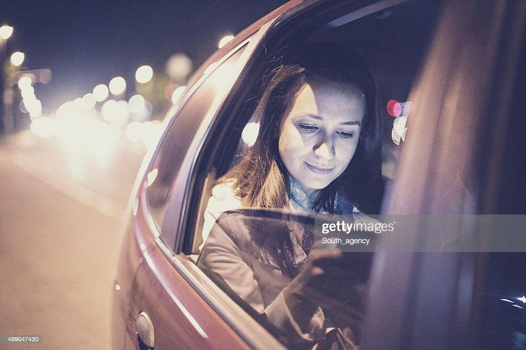Mulher usando smartphone na A car : Foto de stock