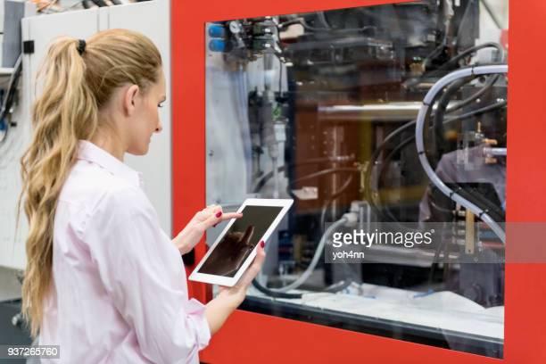 Vrouw met behulp van Tablet PC & cnc machine